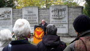 Georg Neubauer spricht auf der Gedenkveranstaltung der VVN-BdA am 1. November in Augsburg